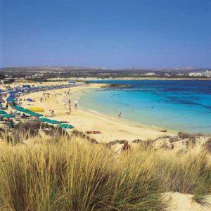 Der feine Sandstrand von Agia Napa lädt zum Baden ein