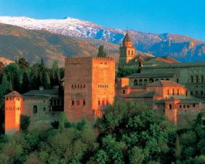 Alhambra vor schneebedeckten Bergen