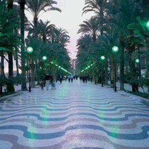 Die palmengesäumte Küstenpromenade von Alicante