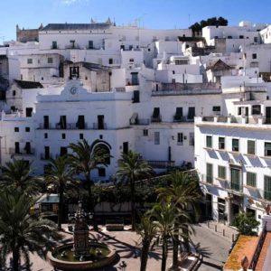 Häusergewirr in Cádiz. Hohe weiße Flachdachhäuser zieren die Straßen. Bild: Tourspain