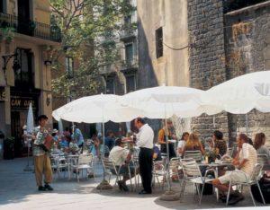 Zahlreiche Cafes prägen das Altstadtbild von Barcelona