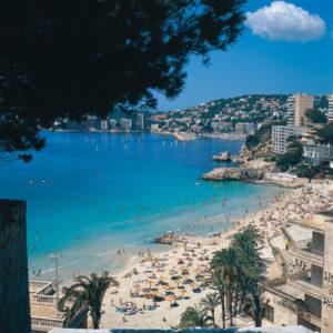 Cala Millor erstreckt sich entlang einer langgezogenen Bucht