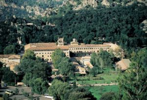 Das Kloster Lluc liegt vor einer beeindruckenden Bergkulisse
