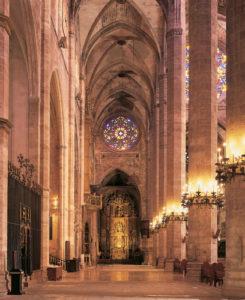 Der Innenraum der Kathedrale wurde von Gaudí umgestaltet