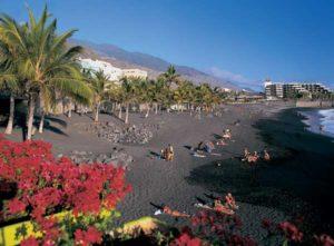 Der lange, schwarze Sandstrand von Puerto Naos