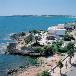 Die Strandpromenade von Cala Bona