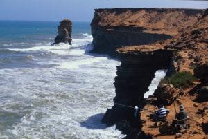 Angler warten auf einen Fang an der Steilküste von Marokko