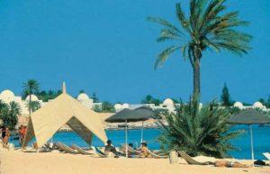 Weite Sandstrände laden auf Djerba zum Sonnen und Schwimmen ein.