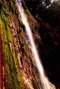 Klettern in einer Steilwand mit Wasserfall im Landesinneren