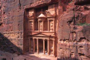 Die Felsstadt Petra liegt in der jordanischen Wüste