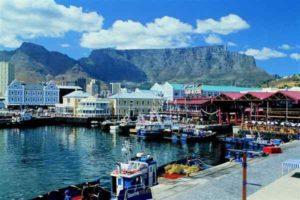 Die südafrikanische Metropole Kapstadt liegt direkt vor der Kulisse des Tafelbergs