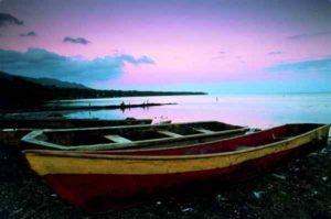 Fischerboote an einem Strand auf der Halbinsel Samana