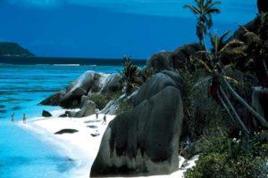 Bizarre Granitformationen finden sich an vielen Stränden der Seychellen