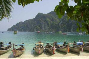 Typische Boote am Strand von Ko Phi Phi