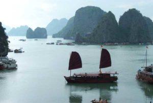 Die Halong Bucht in Nordvietnam bietet ein spektakuläres Panorama
