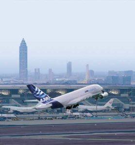 Ein Airbus A380 startet vom Frankfurter Flughafen