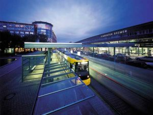 Straßenbahnhaltestelle vor dem Terminal des Flughafens Bremen
