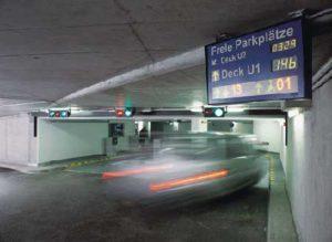 Am Flughafen Düsseldorf lotst ein modernes Parkleitsystem die Autofahrer zu freien Parkplätzen