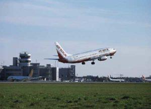 Startendes Flugzeug am Flughafen Düsseldorf