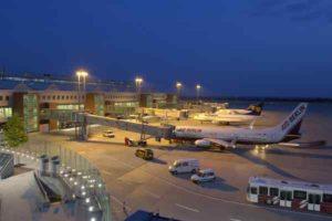 Flughafen Dresden Vorfeld bei Nacht
