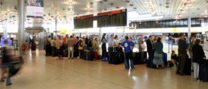 Passagiere warten auf ihre Abfertigung beim Check-IN am Flughafen Hannover
