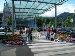 Fußweg zum Terminal Flughafen Innsbruck
