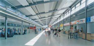 Abflughalle des Flughafen Karlsruhe mit Check-In-Schaltern