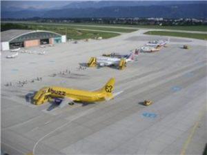 Vorfeld des Flughafens Klagenfurt aus der Luft