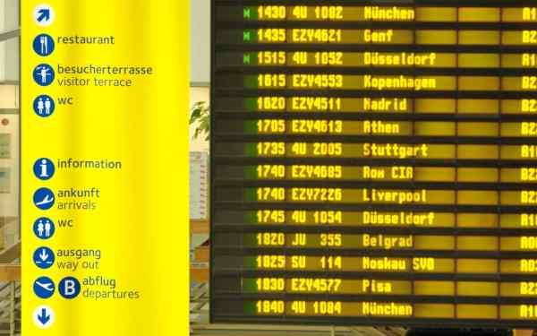 Anzeigetafel im Terminal des Flughafens Berlin-Schönefeld
