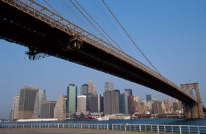 Brooklyn Brigde vor der Skyline Manhattans.