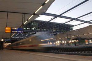 Der Flughafen Leipzig verfügt über einen eigenen Bahnhof, der von Fernzügen aus Hannover, Magdeburg, Halle und Dresden angefahren wird.
