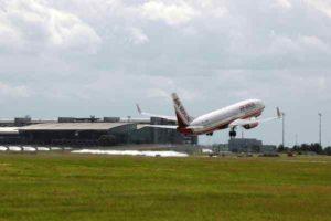 Startendes Air Berlin Flugzeug am Flughafen Leipzig
