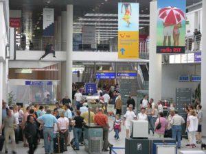 Rege Betriebsamkeit im Abflugterminal des Flughafens Münster-Osnabrück