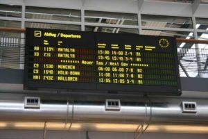 Flug-Informationstafel am Flughafen Rostock