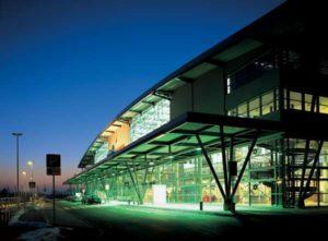 Flughafenterminal Flughafen Rostock im Sonnenuntergang