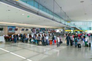 Fluggäste beim Check In am Flughafen Graz