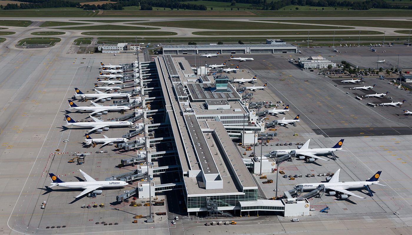 Parkende Flugzeuge am Terminal 2 am Flughafen München