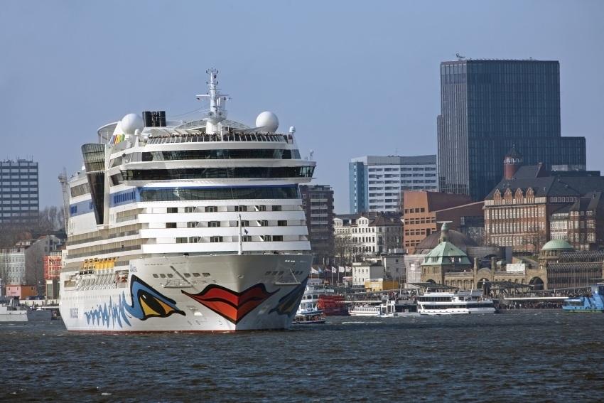 Traumschiff-Parade im Hamburger Hafen bei den Cruise Days 2012