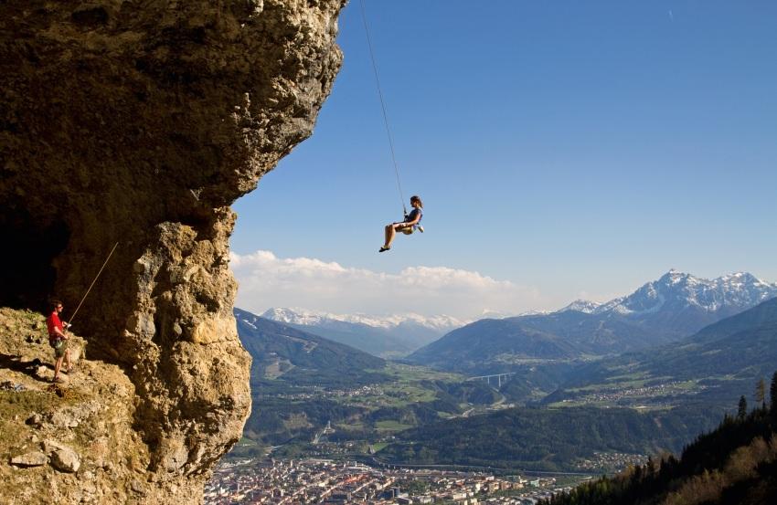 Spektakuläre Kletterarena mit Blick auf Innsbruck