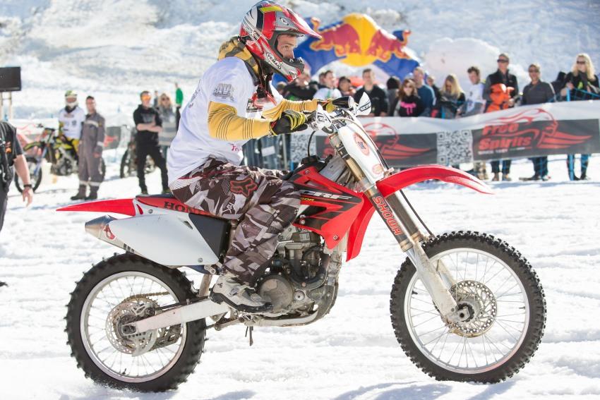 Ischgl: Mit dem Motorrad den schneebedeckten Prennerhang hinauf
