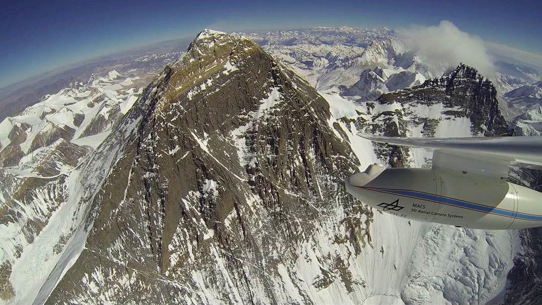 Erster Motorseglerflug entlang des Mount Everest