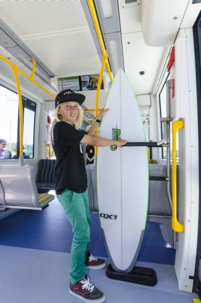 Erste Straßenbahn weltweit mit Surfbretthaltern