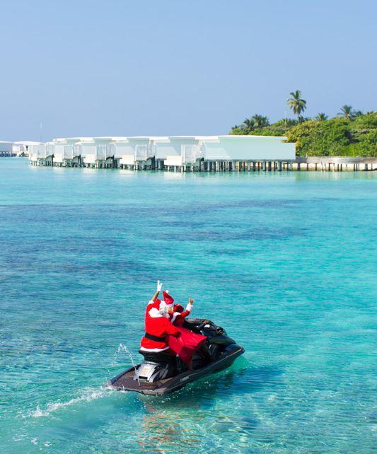 Malediven: Weihnachtsmann auf Jet-Ski