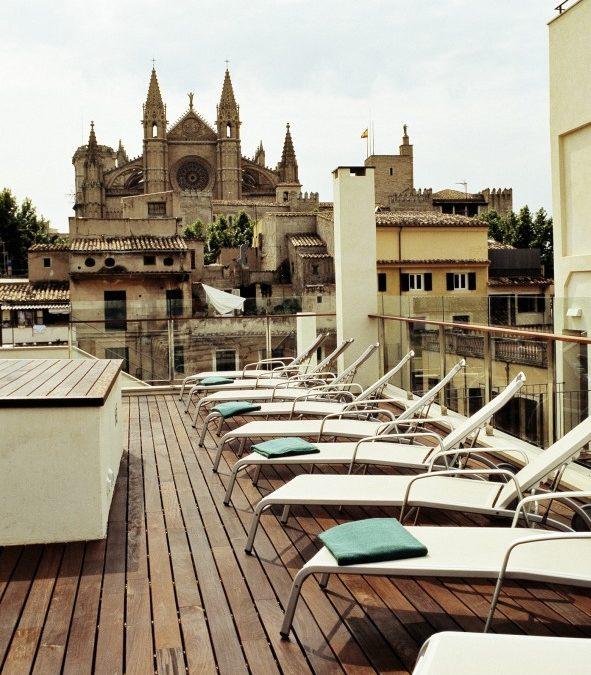 Personal Training mit Blick auf die Kathedrale La Seu in Palma