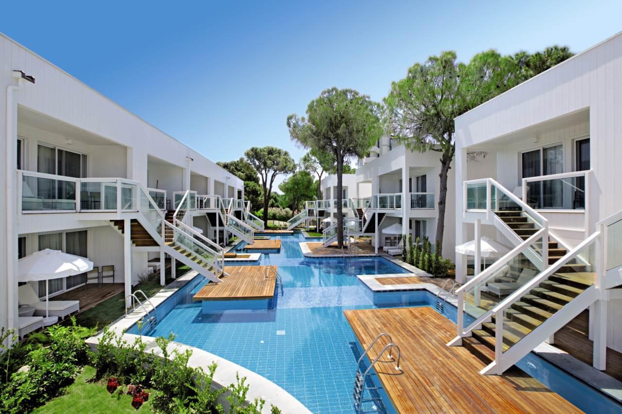 t rkische riviera von der hotelt r direkt in den pool. Black Bedroom Furniture Sets. Home Design Ideas
