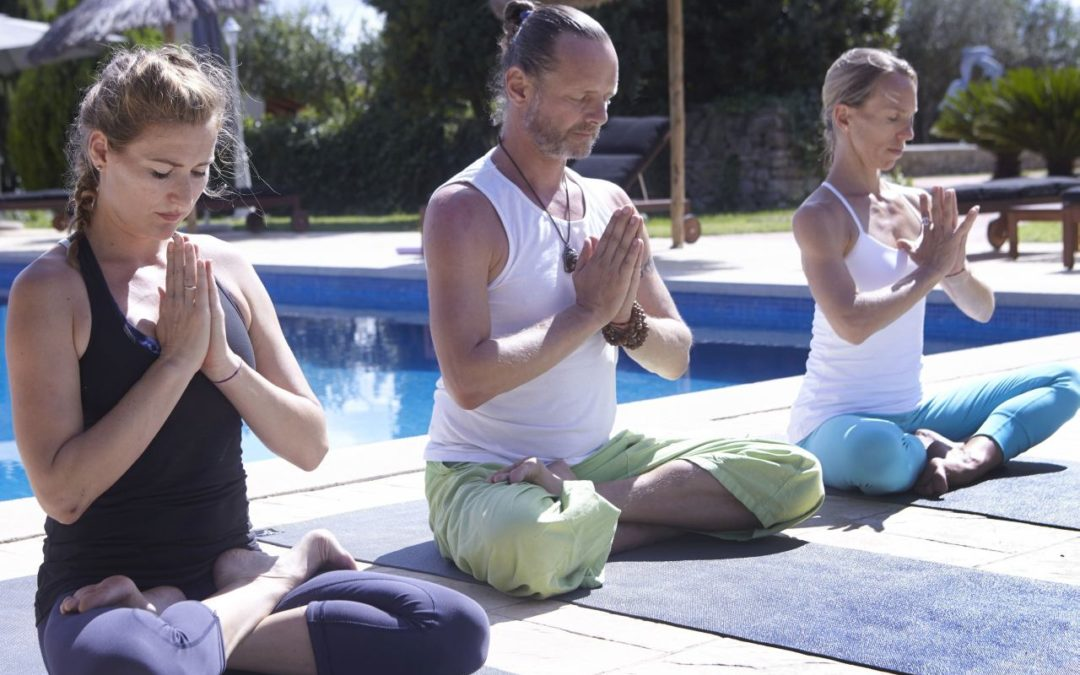 Yoga- und Meditationsreisen als Burnout-Prophylaxe