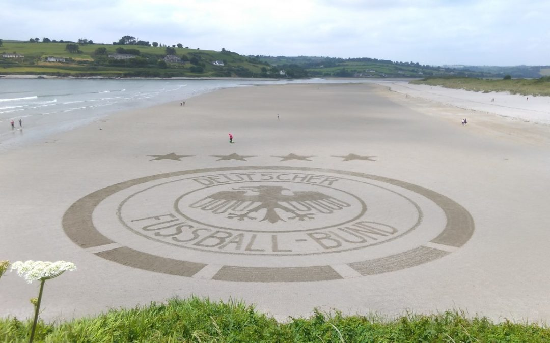 Überdimensionales DFB-Logo am Inchydoney Beach in Irland