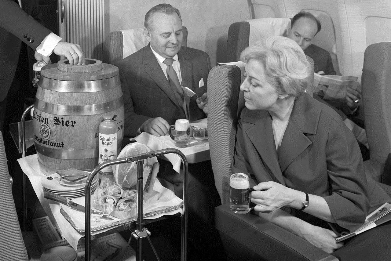 Frisch gezapftes Bier auf Lufthansa Flügen in den sechziger Jahren