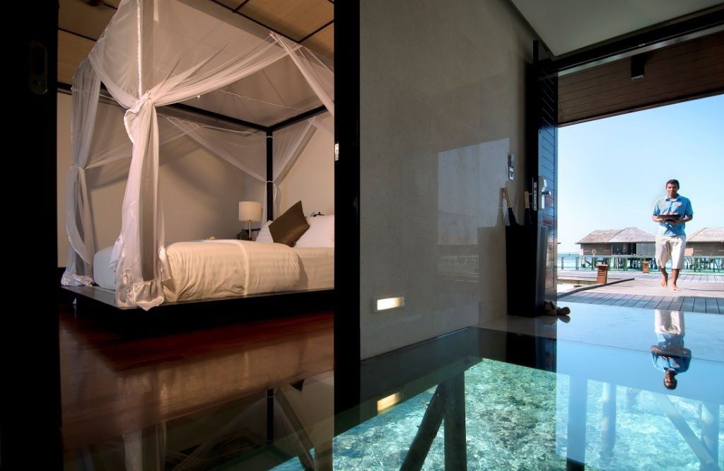 Wasservillen mit Glasböden im Lily Beach Resort & Spa auf den Malediven