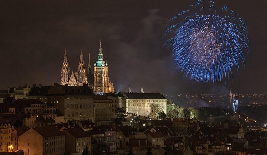 Prag: Silvesterfeuerwerk in den tschechischen Nationalfarben